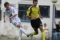 Fotbalisté Třešťě (v bílém) připravili pro domácí fanoušky lahůdku. V dramatickém utkání proti Budišovu padlo sedm gólů, z toho čtyři do branky hostů.