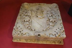 Mramorový erb Anny Krajířové z Krajku, manželky Zdenka Brtnického z Valdštejna, našli archeologové během prací ve staré sýpce, .