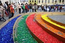 Stovky dětí ze všech jihlavských základních škol sbíraly dlouhé měsíce různobarevná víčka od PET lahví. Odpoledne pak děti poskládaly na Masarykově náměstí rekordně velkou duhu z 33080 ks víček. Největší oblouk měřil po obvodu 25 metrů.