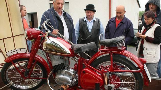 V obci Růžená se uskutečnil první ročník srazu veteránských motocyklů ČZ 150 c a Jawa 150, které byly ve své době velice oblíbené.Vladimír Vondrka z Jindřichova Hradce vystavil nejhezčí zrenovovaný motocykl, se kterým na výstavě v Londýně získal 2. místo.