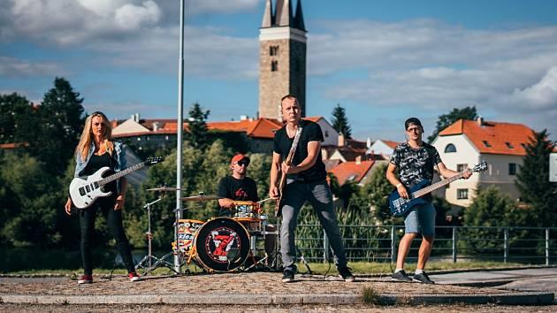 Z klipu Juriče Pařila. Více než dopravní situace zajímala některé řidiče kytaristka Niki, natáčení na kruhovém objezdu probíhalo za plného provozu.