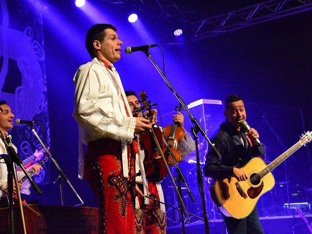 Petr Bende (s kytarou) se představí na koncertu v Ratibořicích s cimbálovou muzikou Grajcar.