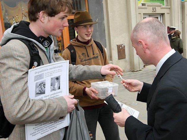 Veřejná sbírka Bílá hůl 2008 proběhla v krajském městě. Studenti jihlavského Soukromého gymnázia Ad Fontes (na snímku) lidem na ulicích nabízeli miniatury slepecké hole a leták organizace nevidomých.