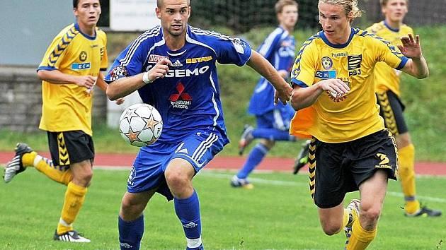 Starší dorostenci FC Vysočina (vpravo stoper František Ptáček) zvládli misi na Slovácku skvěle. Přestože první poločas Jihlava prohrála, domů přivezla výhru 4:2.