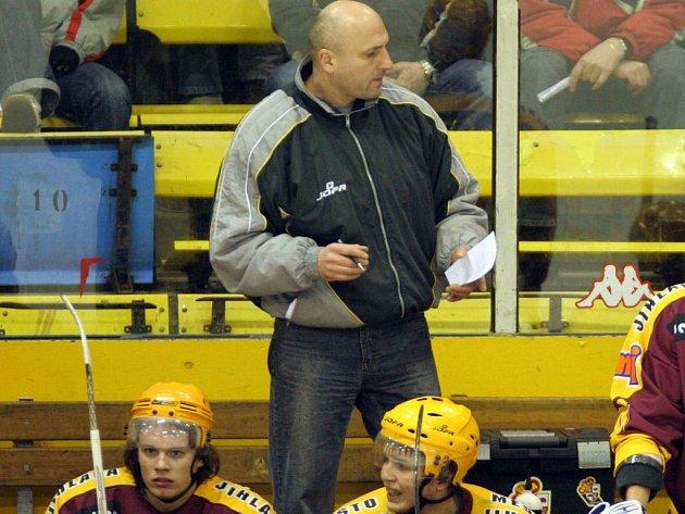 Otec versus syn. Dříve se potkávali Petr Vlk junior (sedí vlevo) a Petr Vlk senior (ve stoji) v Jihlavě na jedné lavičce. V této sezoně už jsou soupeři.