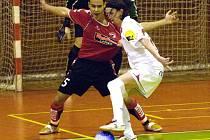 Bude obouvat i kopačky? Michal Mareš (v bílém) zvažuje, zda kromě futsalu bude hrát i klasický fotbal.