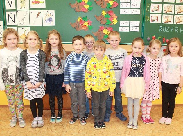 Na fotografii jsou žáci 1.třídy Základní školy vDolní Cerekvi. Vletošním roce nastoupilo 11prvňáků. Jejich třídní učitelkou je Pavlína Třísková.
