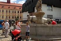Opraváře na jihlavském náměstí sledovali kolemjdoucí.