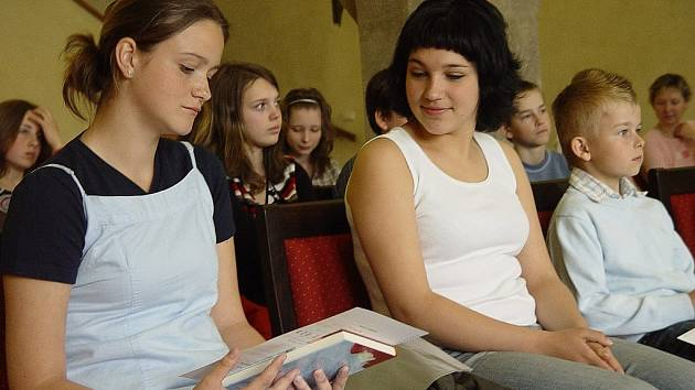 Děvčata prohlížejí rakouský jazykový diplom.