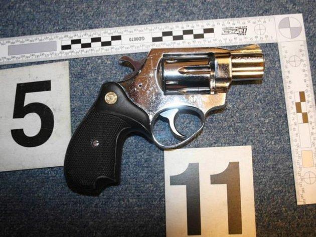 Policie u pětapadesátiletého Stanislava Havlíčka zajistila revolver, který zneužíval při sériovém přepadení bank, směnáren, heren, barů a sázkových kanceláří.
