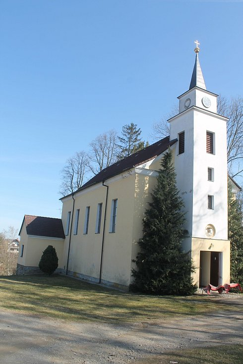 Kostel v Puklicích je nedaleko zámku.