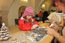 Ve vestibulu jihlavské radnice mohli příchozí zdobit perníčky, svíčky, balit dárky, zkusit si ubrouskovou techniku, vyrobit ozdoby nebo vánoční hvězdy.