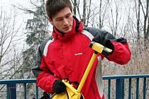 Mužem s neobvyklým ruksakem, chodícím po Jihlavě, je Jaroslav Škrobák z magistrátního odboru informatiky. Batoh slouží jako nosič velmi přesného GPS přijímače.