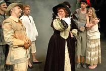 Role vévody a Madam Bleu si vystřihli Josef Kundera a Anna Bazgerová (na snímku v popředí).