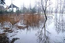 Částečně zaplavené zahrady a chaty ve Dvorcích