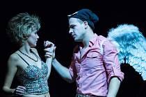 Nenaplněná láska. Představení Romeo a Julie hraje Horácké divadlo Jihlava od října loňského roku. Odehrává se na netradiční scéně – dětském hřišti s pískovištěm a kolotočem.