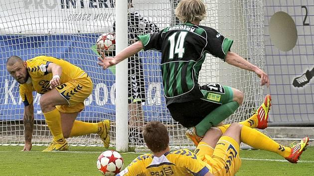 Fotbalisté Jihlavy (ve žlutém) ve středečním zápase remizovali s pronásledovatelem ze Sokolova.