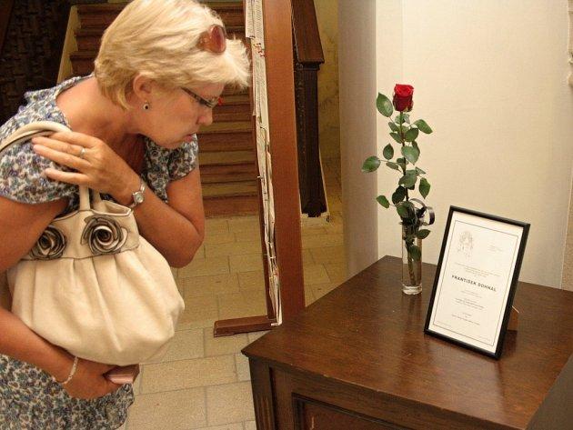 Jedno z pietních míst je od úterního dne také ve vstupním vestibulu jihlavské radnice ze vchodu z Masarykova náměstí. V úterý během dne se tam zastavila zavzpomínat na Františka Dohnala řada lidí. Pohřeb se koná ve středu ve 14 hodin v Nové Říši.