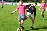 Nedaří se. Hráči Černíče (v růžových dresech) s Dukovany prohráli 0:1.