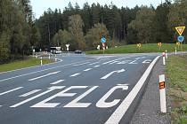 Silnice před okružní křižovatkou je popsaná velkými nápisy. Ve směru od Pelhřimova (viz foto) jsou řidiči naváděni do pruhů na Jihlavu (vnitřní) a na Telč (vnější).