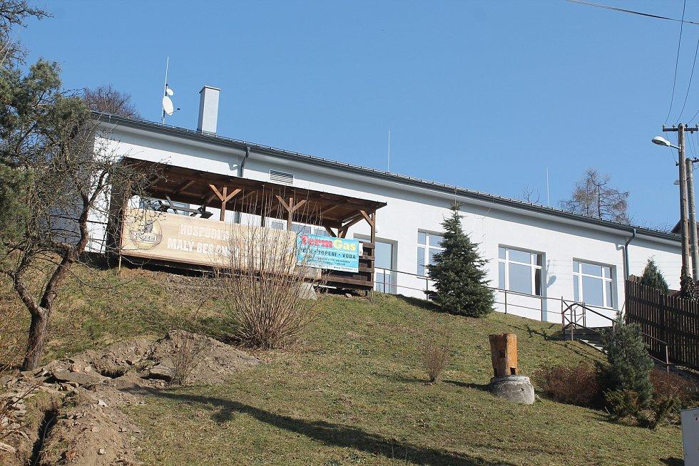 Zrekonstruovaný kulturní dům, který ční nad frekventovanou cyklostezkou.