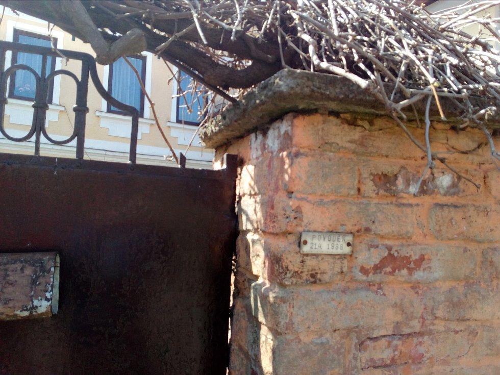 Povodeň dnes připomíná štítek před domem Dvořákových. Je ve výšce metr šedesát centimetrů.