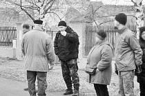 Viktor Štingl (druhý zleva) se v roce 2009 ve svém přechodném bydlišti na Chomutovsku zúčastnil zimního pochodu Mokrá stopa.