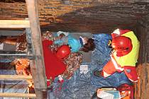 Jedním z úkolů bylo zachránit průvodkyni, která na polenském zámku spadla do hladomorny. Záchranáři se k ní dostávali po žebříku.