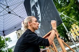 Michaela Krátká alias La Papula namalovala portrét Gustava Mahlera přímo na náměstí.