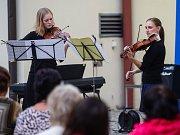 Koncert účastníků Francouzsko-české akademie hudební akademie na nádvoří Univerzitního centra v Telči.