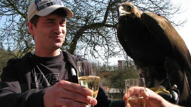 Velikonoční program pro děti přilákal dnes do zoologické zahrady stovky malých i velkých návštěvníků. Pořadatelé připravili slavnostní křtiny samičky orla skalního, jehož kmotrem byl známý herec Saša Rašilov.