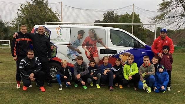 Pomoc. Projekt FAČR-mobil slouží k podpoře klubů, které zakládají školičku, přípravku nebo se snaží oživit mládež. A to je práce pro Stanislava Dubna (vpravo nahoře), který objíždí oddíly a pomáhá s tréninkovou náplní.