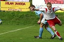 Staroříšský Michal Brnický (vpravo) se se zápasem rozloučil v 72. minutě, kdy uviděl druhou žlutou kartu.