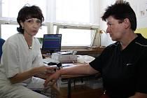 Lékařka Zuzana Nevoralová (vlevo).