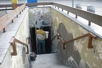 Pracovníci Služeb města Jihlavy nyní u vchodu do veřejných záchodů provádějí nejnutnější opravy.