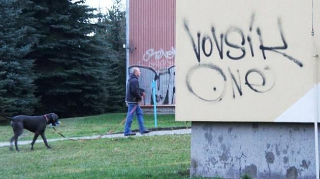 Sprejer načmáral na dům, ve kterém bydlí náměstek primátora Radek Vovsík, politikovo příjmení.