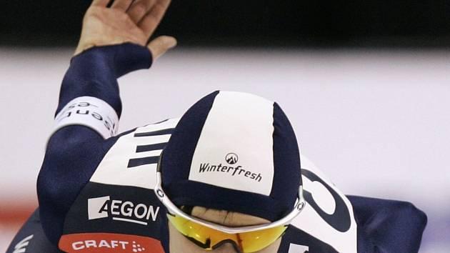 Žďárská rychlobruslařka Martina Sáblíková míří za vítězstvím v závodě na 3 000 m v americkém Salt Lake City. Prvenství v úvodním podniku nového ročníku Světového poháru ovládla i přes nepříjemný handicap – bolestivě zraněnou ruku a rameno.
