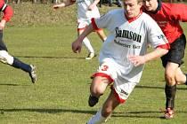 Fotbalisté Stonařova (vpředu Zdeněk Bláha) si v jarní premiéře koledovali o průšvih, ale nakonec díky brankám Jakuba Šmardy uhráli s Rozsochami remízu 2:2.