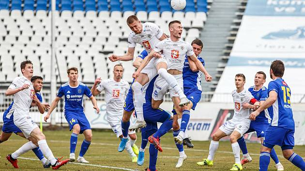 V dohrávce 14. kola FORTUNA:NÁRODNÍ LIGY prohráli jihlavští fotbalisté (v modrém) v Hradci Králové 0:4.