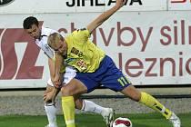 Pro některé hráče Jihlavy bude dnešní pohárový zápas s Brnem pikantní. Jedním z nich je i Pavel Mezlík (ve žlutém), který společně s Pavlem Simrem na Vysočině hostují právě z prvoligového týmu.