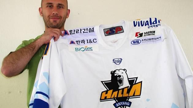Světlý dres Anyang Halla s medvědem ve znaku si Pavel Falta schoval na památku. Korejský celek jej používal při zápasech na ledě soupeře.
