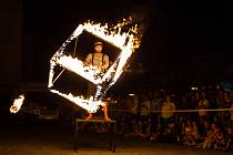 Noční vystoupení s ohněm a akrobacií Půlnoční cirku v Jihlavě.