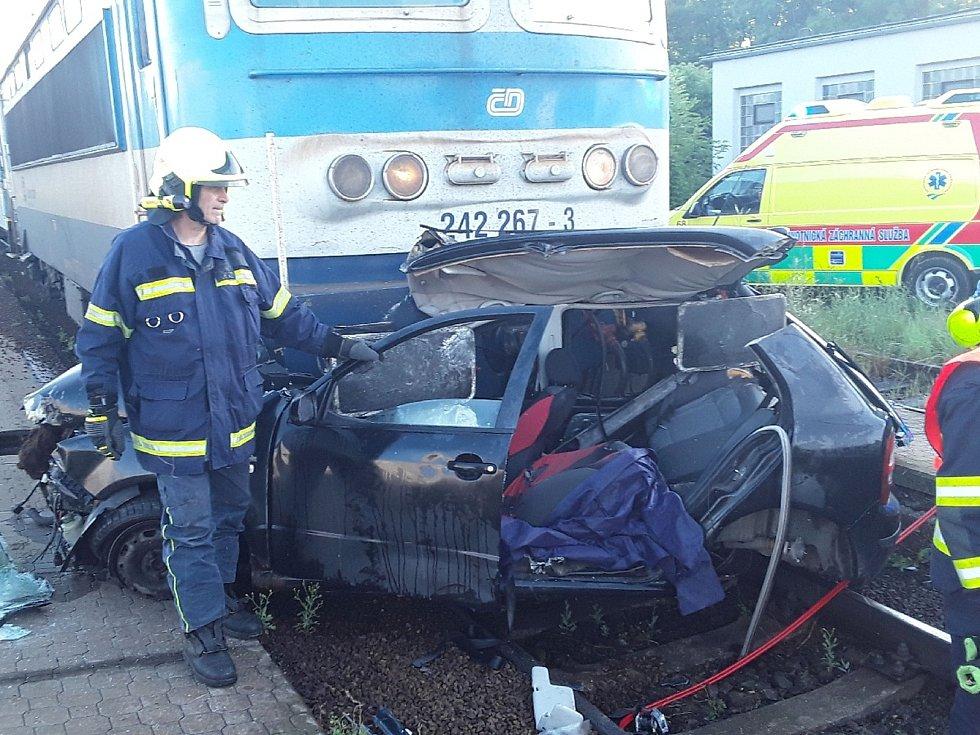 Na železničním přejezdu v Jihlávce se srazil vlak s osobním autem.