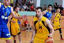Až takhle daleko se dostali jihlavští basketbalisté (ve žlutém), kteří dokázali v semifinále porazit Zlín. O prvoligový titul si to rozdají s Královskými sokoly.