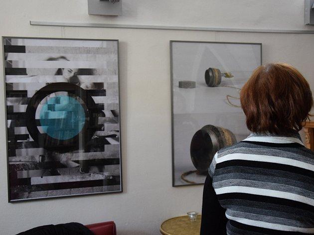 TISK. Tak se jmenuje výstava studentů, která je k vidění v kavárně Muzeum v Jihlavě. Jde o výtvory studentů ateliéru reklamní tvorby.