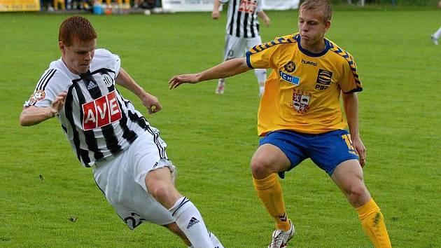 Jihlavští fotbalisté (vpravo Matěj Vydra) ve třech letních přípravných zápasech ještě neprohráli. Po sobotní bezgólové remíze s Českými Budějovicemi se včera rozstříleli proti Znojmu, o dvoubrankový náskok ale přišli.