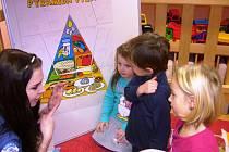 Děti se díky projektu občanského sdružení Zdravá Vysočina učí poznávat, které potraviny jsou zdravé.