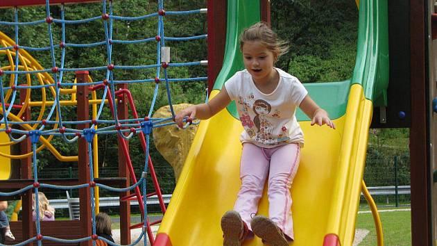Na novém dětském hřišti v areálu jihlavského letního kina už včera pobíhaly děti. Největší radost mají z nejrůznějších prolézaček a klouzaček.