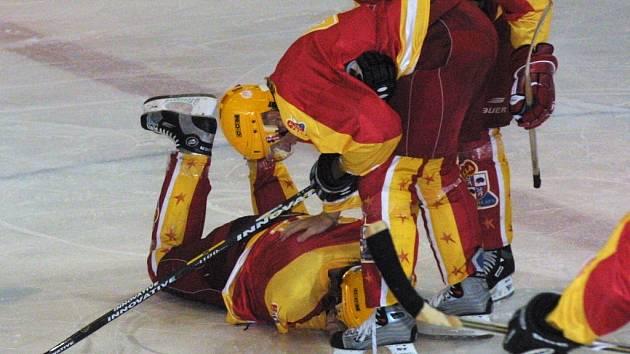 Zlá chvíle. Před třemi lety se Karel Mošovský (na ledě) připletl v přípravném utkání do rány spoluhráče Rostislava Maleny. Na hokej pak musel na dlouhou dobu zapomenout.