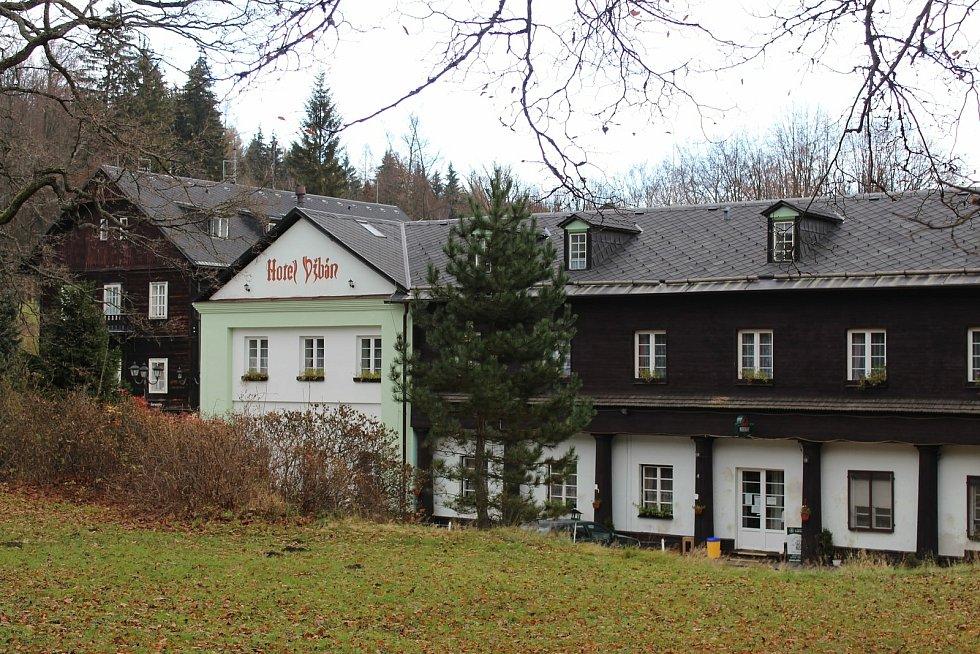 Horské Lázně Karlova Studánka leží na východní straně nejvyšší hory Jeseníků Pradědu, v údolí horské říčky Bílé Opavy.